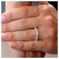Silberner Ring an der Hand