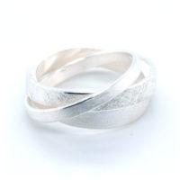 silberner Ring gewickelt