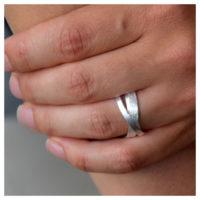 Silberner Ring an Hand