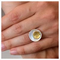 Silberring mit Feingoldauflötung an der Hand