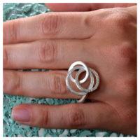 Ring Silber mit Kreisen an der Hand