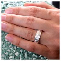 Ring Silber mit strukturierter Oberfläche an der Hand