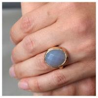 Ring rosévergoldet Rauchquarz an der Hand