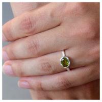 Ring Silber mit Peridot an der Hand