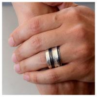 Ring Silber oxidiert an der Hand