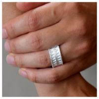 Ring aus Silber an der Hand