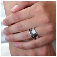 Ring Silber vergoldet und oxidiert an der Hand