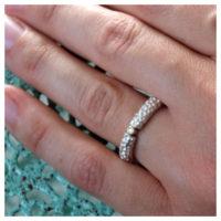 Ring Silber mit Brillant an der Hand