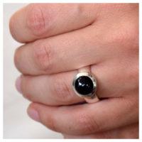 Ring Silber mit Onyx an der Hand