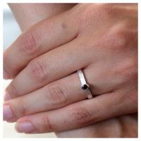 Ring Silber mit Granat an der Hand