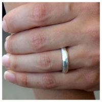 Ring Silber matt an der Hand