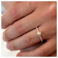 Ring Silber mit Süßwasserperle an der Hand