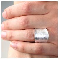 Ring Silber eisgekratzt an der Hand