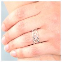 Ring Silber geflochten an der Hand