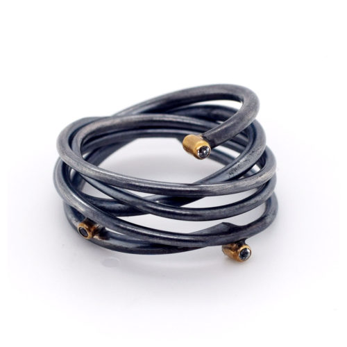 Ring oxidiert mit Zirkoniasteinen