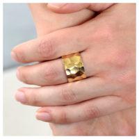 Ring vergoldet gehämmert an der Hand