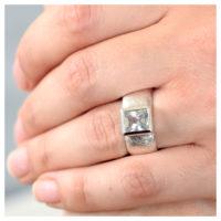 Ring Silber weißer Topas an der Hand