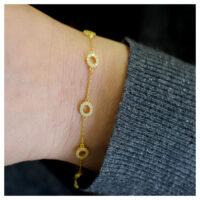 Armband vergoldet mit Zirkonia an der Hand