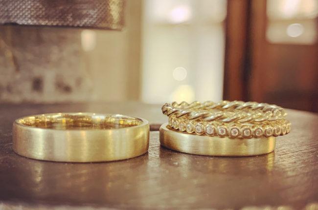 Goldene Ringe auf einem Holzstamm
