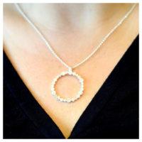 Kette Silber Kreis aus Zirkoniasteinen am Hals