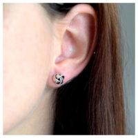 Ohrstecker Knoten Silber am Ohr