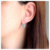 Ohrhänger Silber grauer Mondstein am Ohr