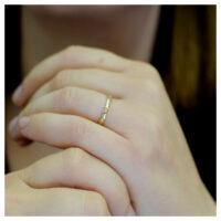 Ring Gelbgold Sechsecke an der Hand