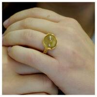 Ring vergoldet Rutilquarz an der Hand