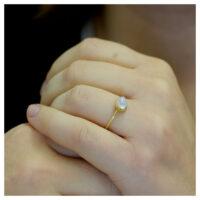 Ring vergoldet Mondstein an der Hand