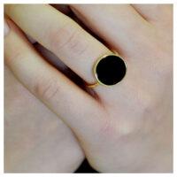 Ring vergoldet Onyx an der Hand