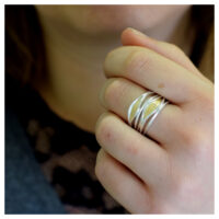 Ring Silber mit Feingold und Brillant an der Hand