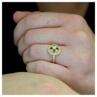 Ring vergoldet mit Zirkonia an der Hand