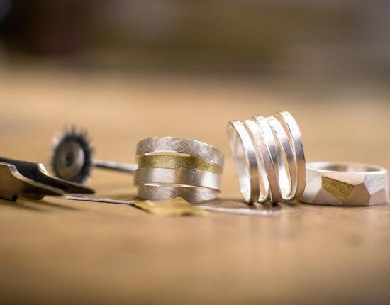 Silberne Ringe auf Holz