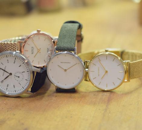 Uhren auf einer Holzfläche